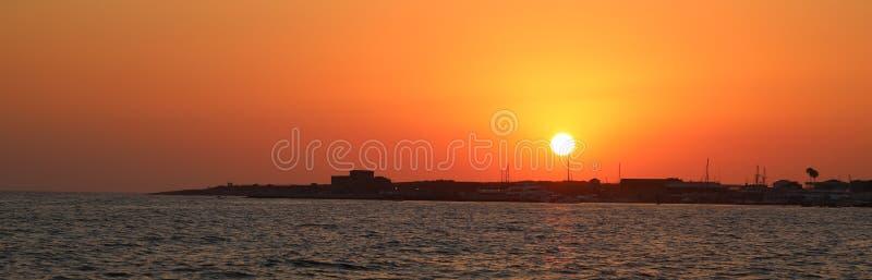 Sonnenuntergang über dem Schloss in den paphos Zypern lizenzfreies stockbild