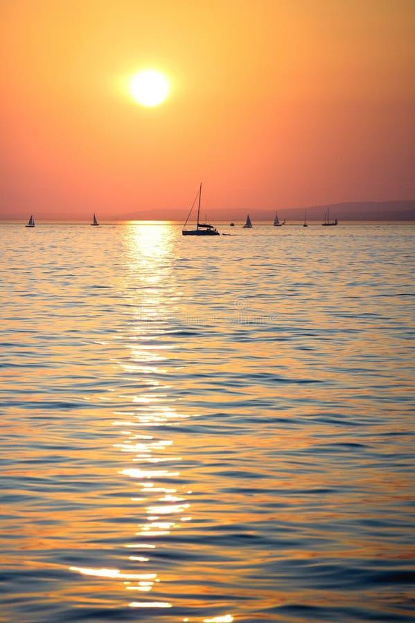 Sonnenuntergang über dem See lizenzfreie stockbilder