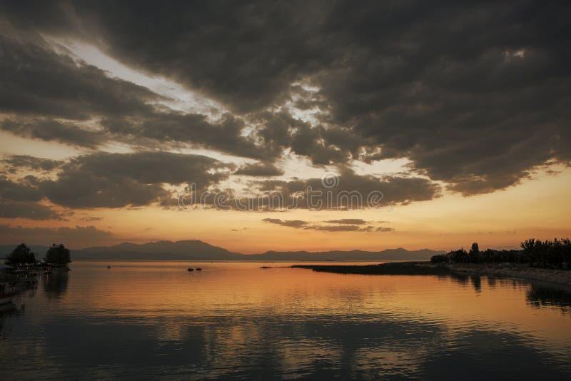 Sonnenuntergang über dem See Beysehir, die Türkei stockfotos