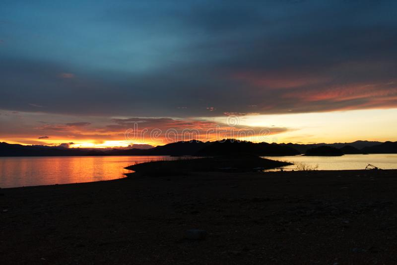 Sonnenuntergang über dem See im Süden von Thailand lizenzfreie stockbilder