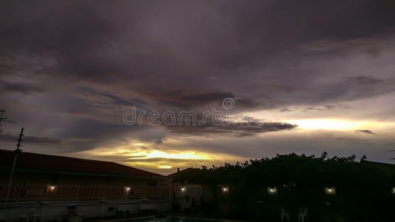 Sonnenuntergang über dem Swimmingpool lizenzfreies stockbild