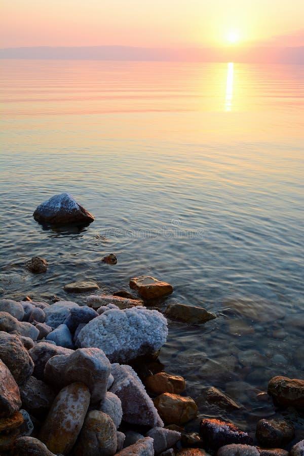 Sonnenuntergang über dem Toten Meer, Jordanien stockbild