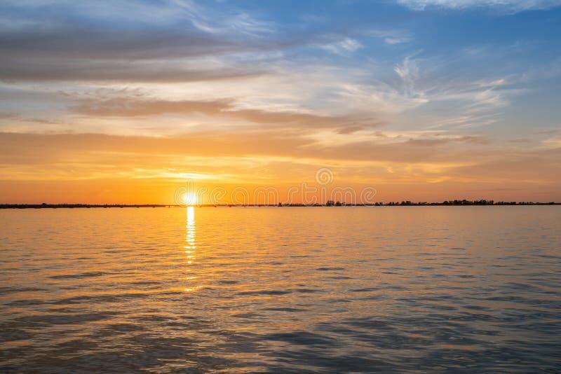 Sonnenuntergang über dem Wasser lizenzfreie stockfotos