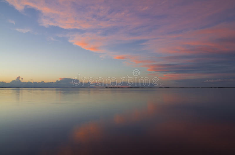 Sonnenuntergang über dem Wasser stockbild