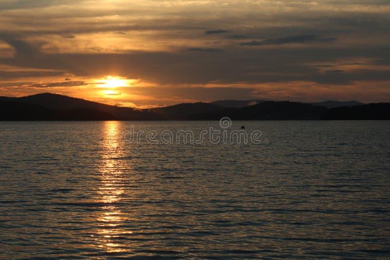 Sonnenuntergang über dem Wasser, stockfoto