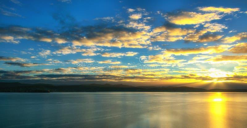 Sonnenuntergang über dem Wasser in Hobart, Tasmanien stockbild