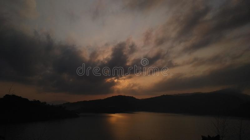 Sonnenuntergang über dem Wasser lizenzfreie stockbilder