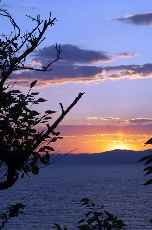 Sonnenuntergang über dem Wasser von Amur-Bucht lizenzfreie stockfotos