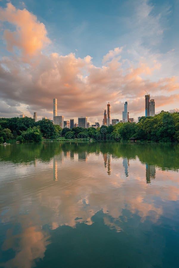 Sonnenuntergang über den Midtown Manhattan Skylinen und dem See, am Central Park, Manhattan, New York City lizenzfreies stockbild