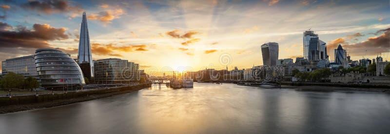 Sonnenuntergang über den städtischen Skylinen von London, Großbritannien stockfotografie