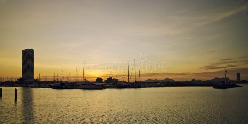 Sonnenuntergang über der Bucht mit yaght stockfoto