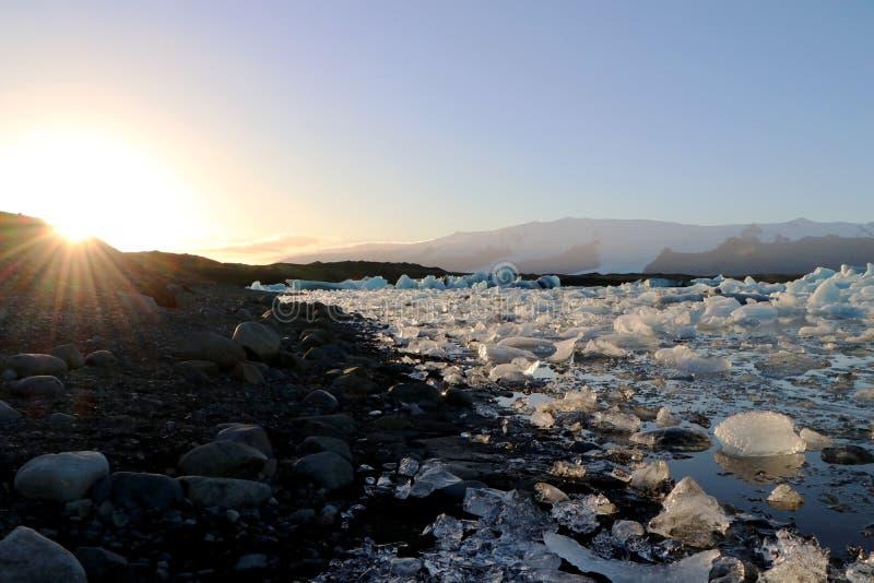 Sonnenuntergang über der Glazial- Lagune in Island stockfotos
