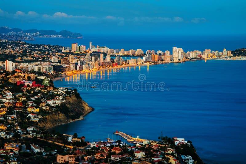 Sonnenuntergang über der Küstenlinie des Mittelmeererholungsortes Calpe, Costa Blanca, Spanien lizenzfreie stockfotos