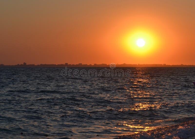 Sonnenuntergang über der Stadt stockfotografie