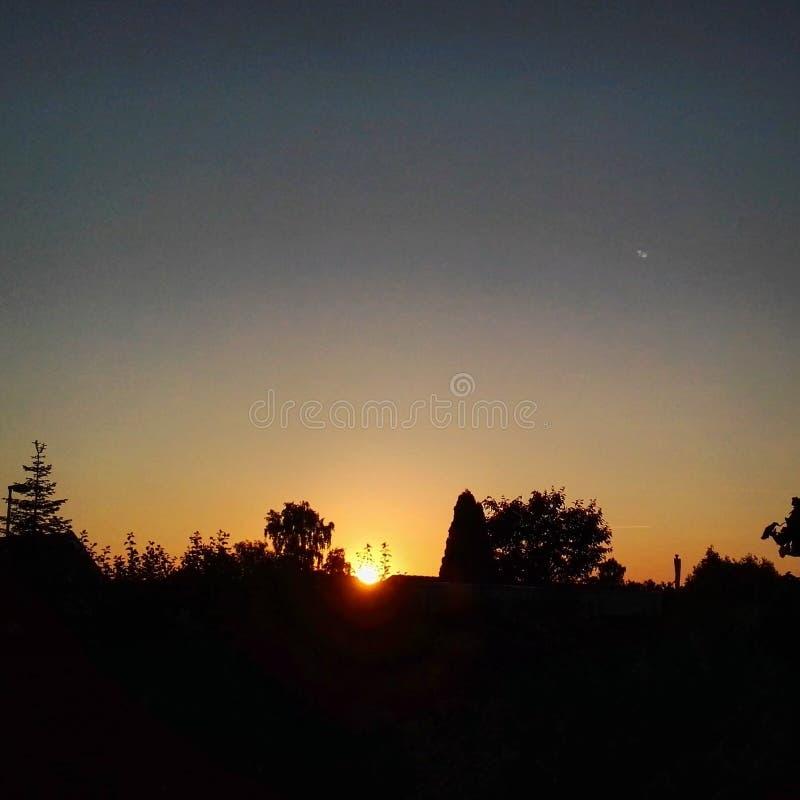Sonnenuntergang über der Stadt stockbild