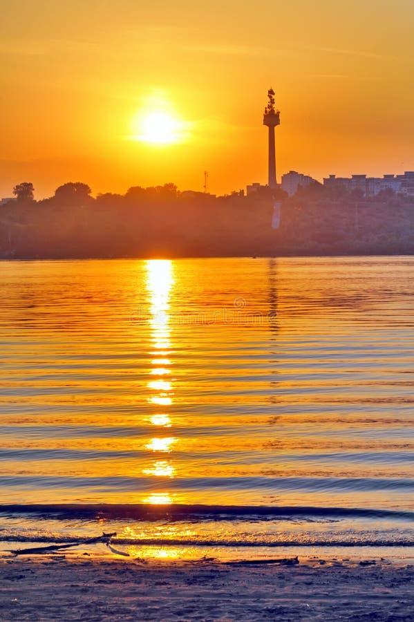 Sonnenuntergang über Donau-Fluss lizenzfreie stockbilder