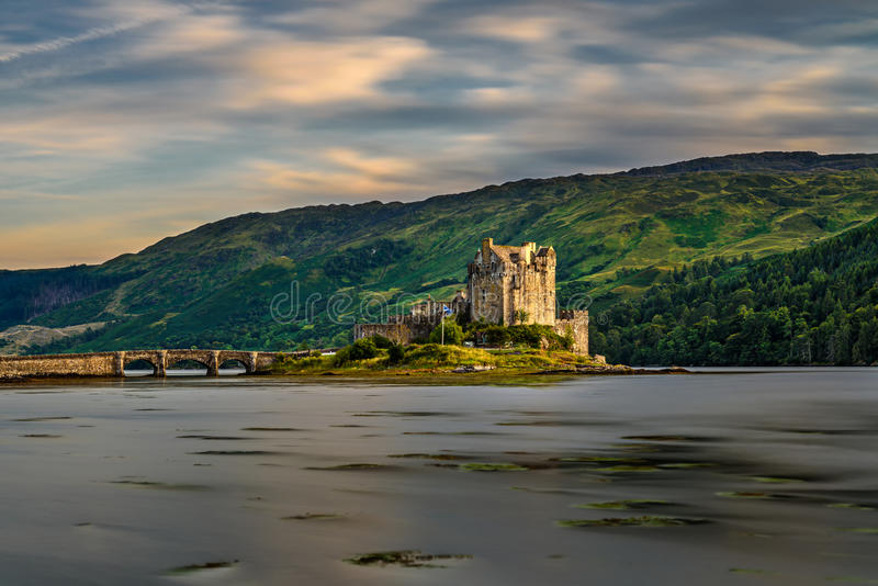 Sonnenuntergang über Eilean Donan Castle, Schottland lizenzfreies stockfoto