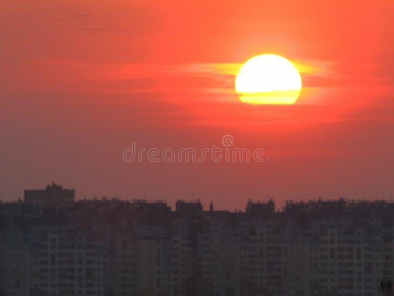 Sonnenuntergang über einem Block von eben konstruierten Gebäuden, Nischni Nowgorod, Russland lizenzfreies stockfoto