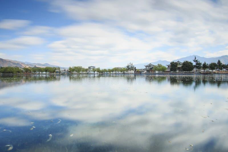 Sonnenuntergang über einem der vielen Seen im Dorf von Heqing in Yunnan, China stockbild