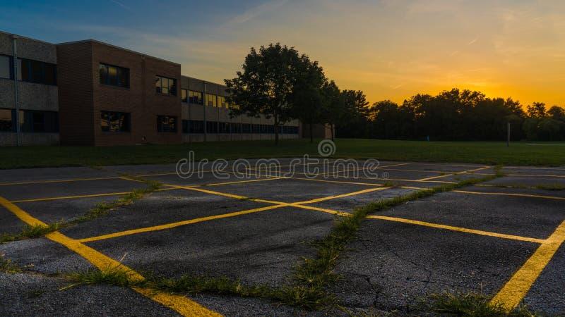Sonnenuntergang über einem Spielplatz stockbilder