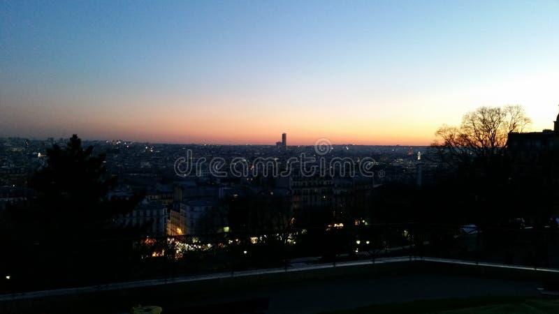 Sonnenuntergang über einem winterlichen Paris lizenzfreie stockfotos