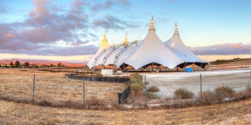 Sonnenuntergang über einem Zirkuszelt stockfotografie