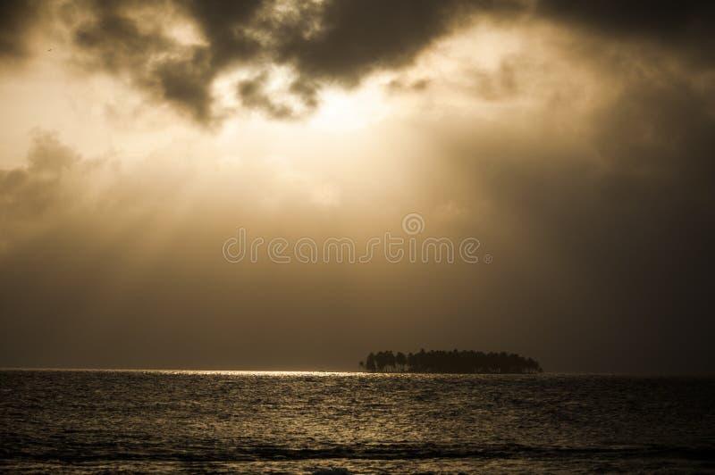 Sonnenuntergang über einer Tropeninsel, San Blas, Panama stockbilder