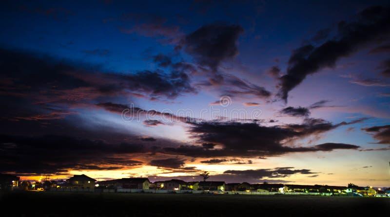 Sonnenuntergang über Familienhäusern lizenzfreie stockfotos