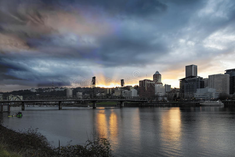 Sonnenuntergang über Fluss Portlands Willamette stockbild