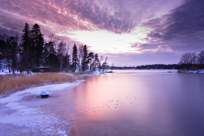 Sonnenuntergang über gefrorenem Meer stockfoto