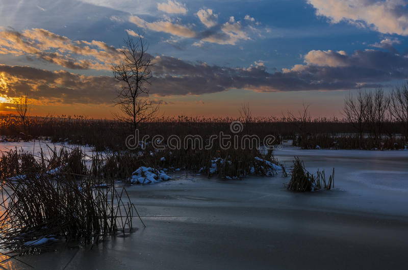 Sonnenuntergang über gefrorenem See stockbilder