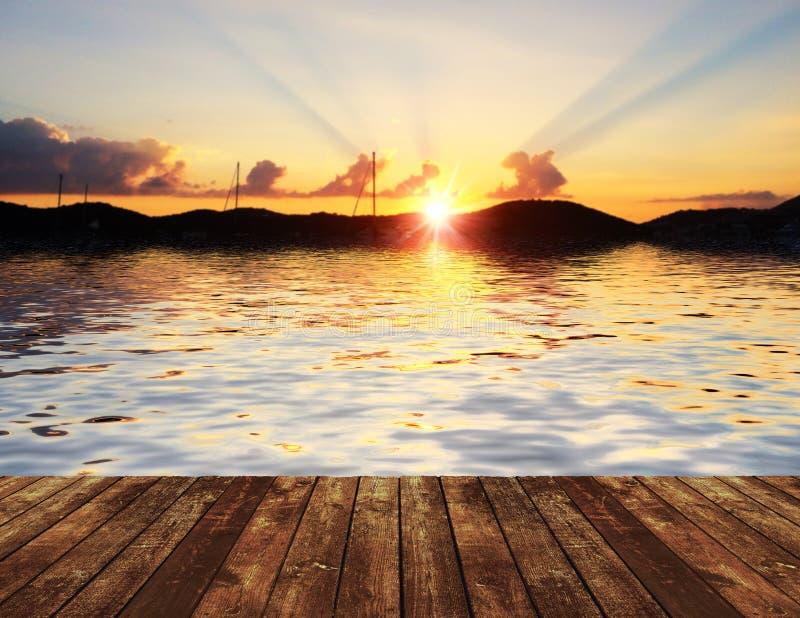 Sonnenuntergang über hölzernem Pier stockbilder