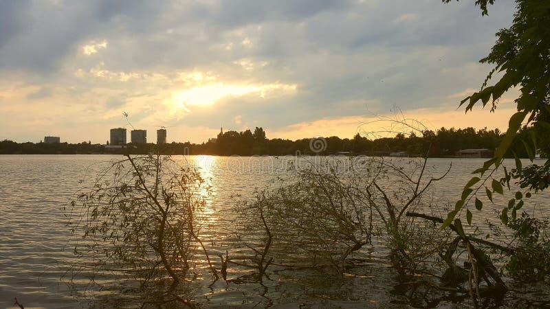 Sonnenuntergang über Herastrau See in Bukarest stockbilder