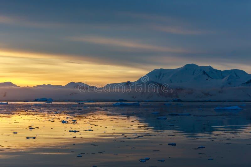 Sonnenuntergang über idyllischer Lagune mit Bergen und Eisbergen im Ba lizenzfreie stockfotografie