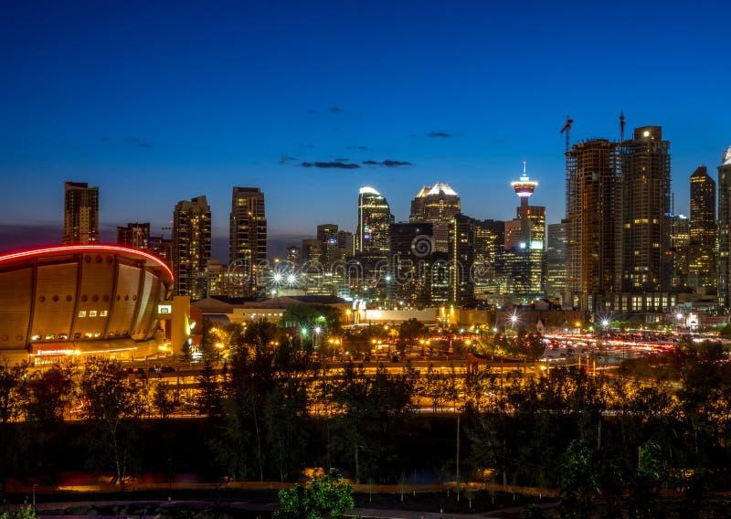 Sonnenuntergang über im Stadtzentrum gelegenem Calgary und Saddledome stockbild
