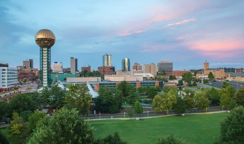 Sonnenuntergang über im Stadtzentrum gelegenem Knoxville, Tennessee stockbild