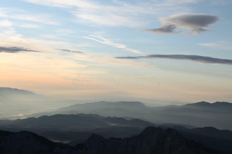 Sonnenuntergang über Julian Alps in Slowenien stockbild