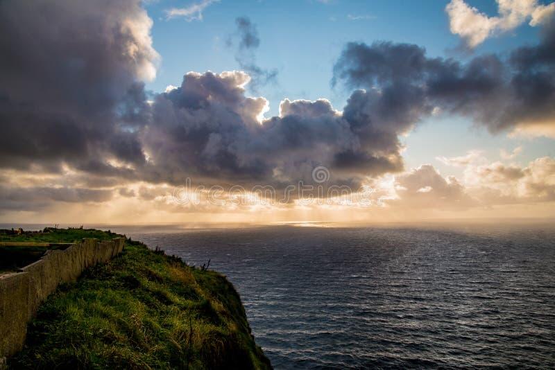 Sonnenuntergang über Klippen von Moher stockfotografie