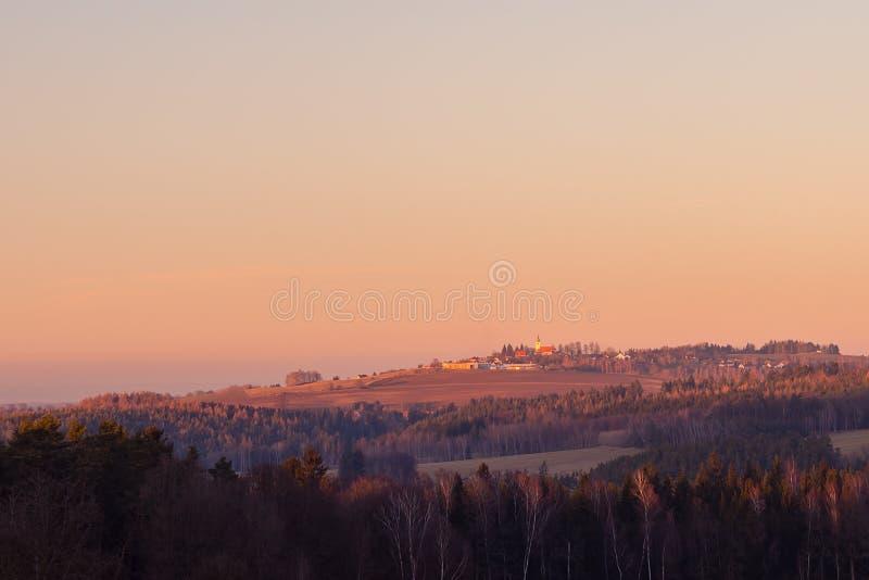 Sonnenuntergang über ländlicher Landschaft mit Dorf stockfotografie