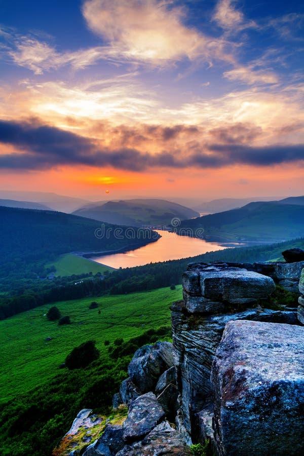 Sonnenuntergang über Ladybower-Reservoir stockfotos