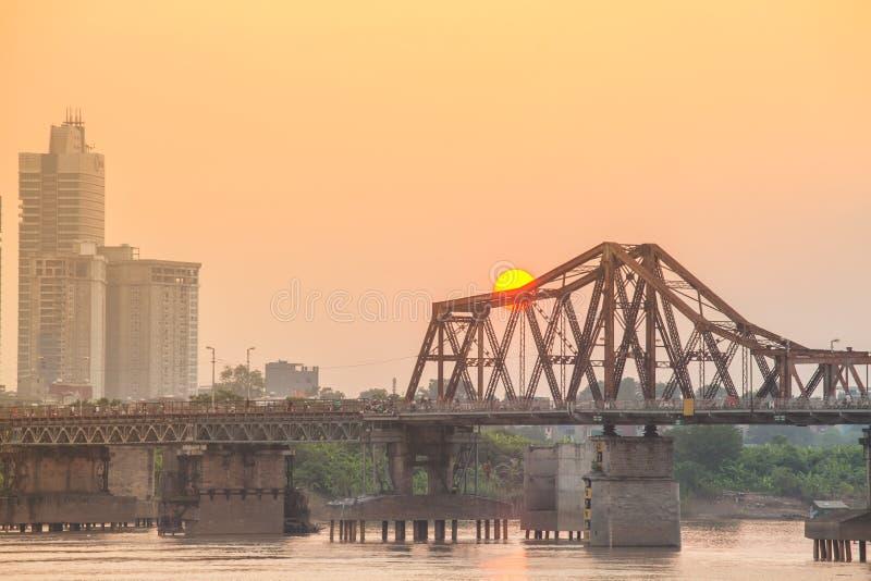 Sonnenuntergang über langer Bien-Brücke Städtisches Hanoi-Stadtbild stockbilder
