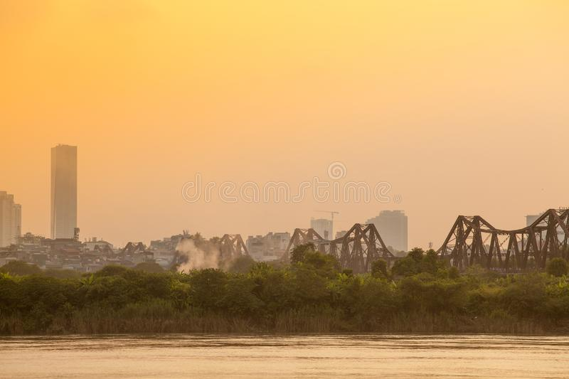 Sonnenuntergang über langer Bien-Station Hanoi, Vietnam Longbien lizenzfreies stockfoto