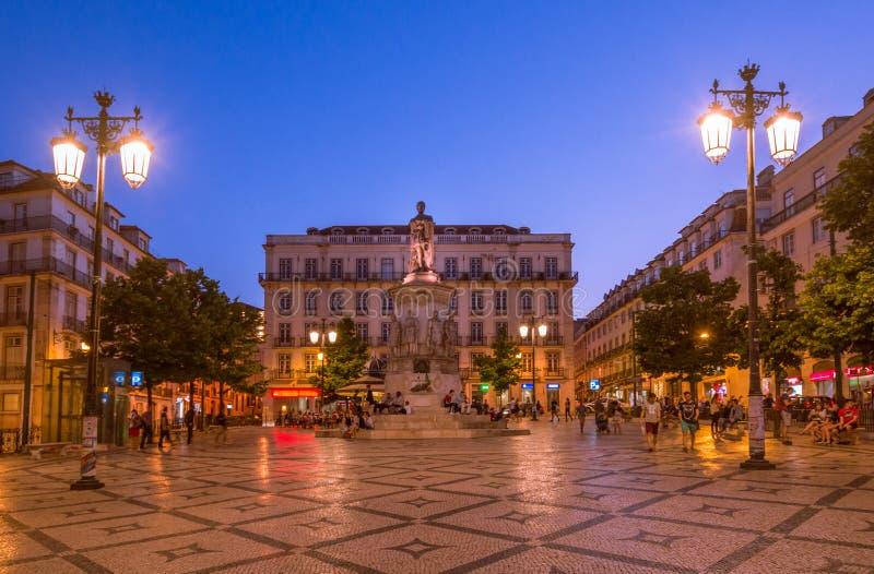 Sonnenuntergang über Luis de Camoes-Quadrat in Lissabon, Portugal stockfotos