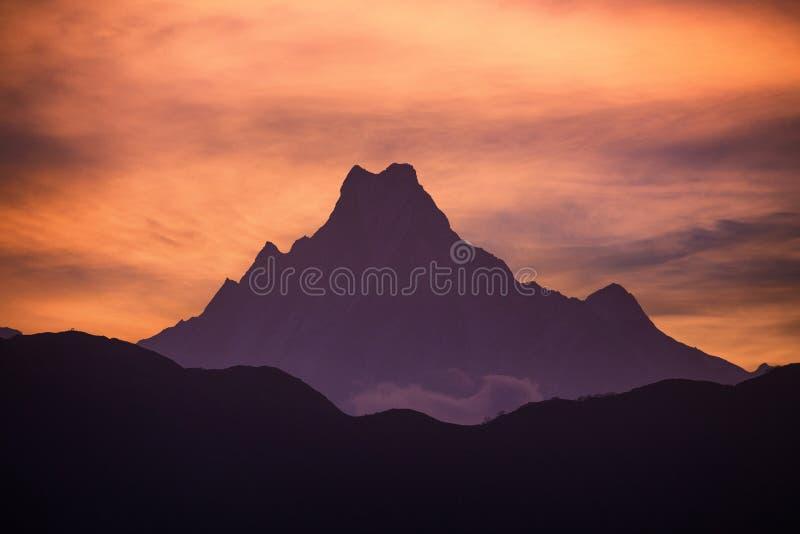 Sonnenuntergang über Machapuchare oder Fischendstück lizenzfreie stockfotografie