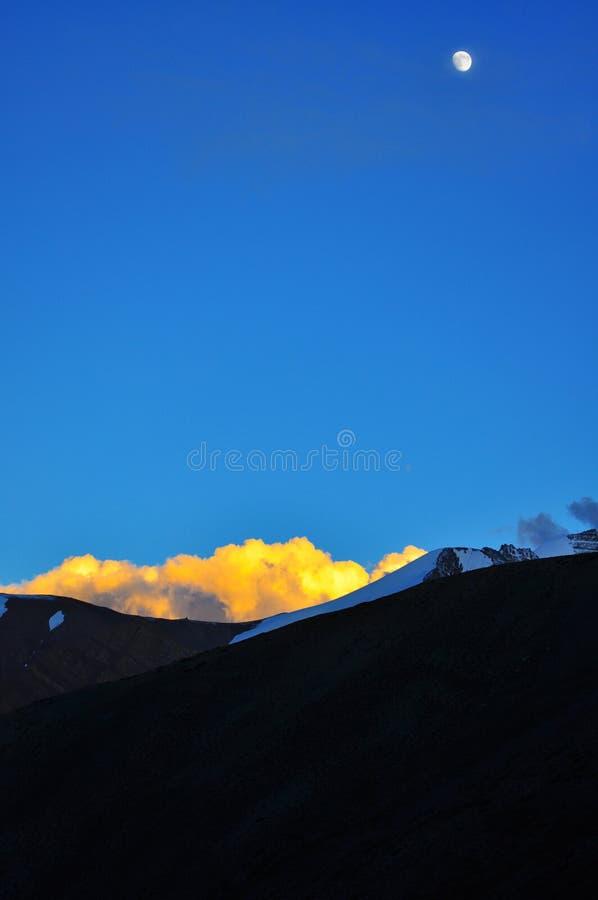 Sonnenuntergang über Markha-Tal stockbild
