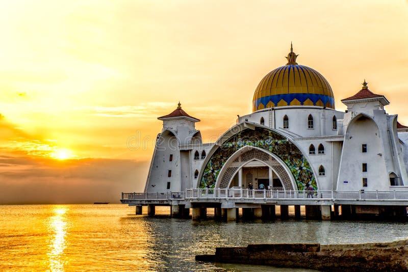 Sonnenuntergang über Masjid-selat Moschee in Malakka Malaysia stockbilder