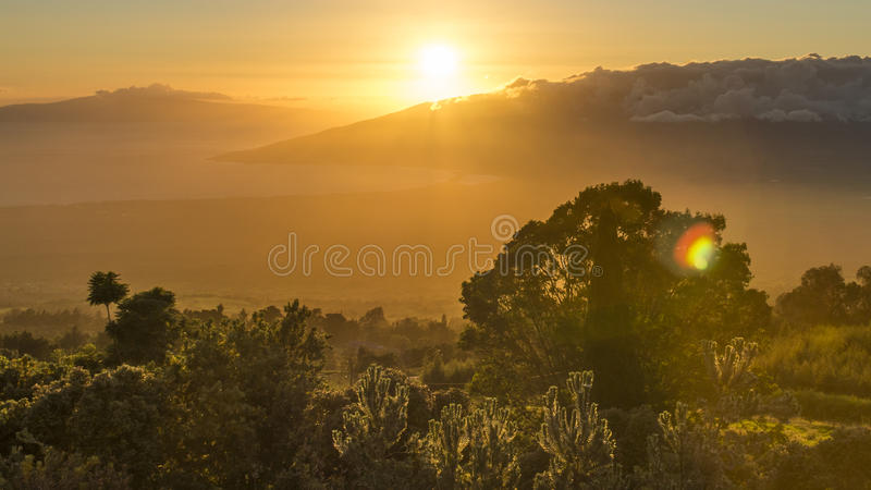 Sonnenuntergang über Maui lizenzfreie stockfotos