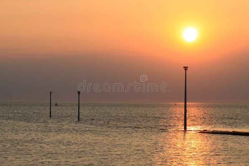 Sonnenuntergang über Morecambe-Bucht an Knott-Ende auf Meer lizenzfreies stockbild