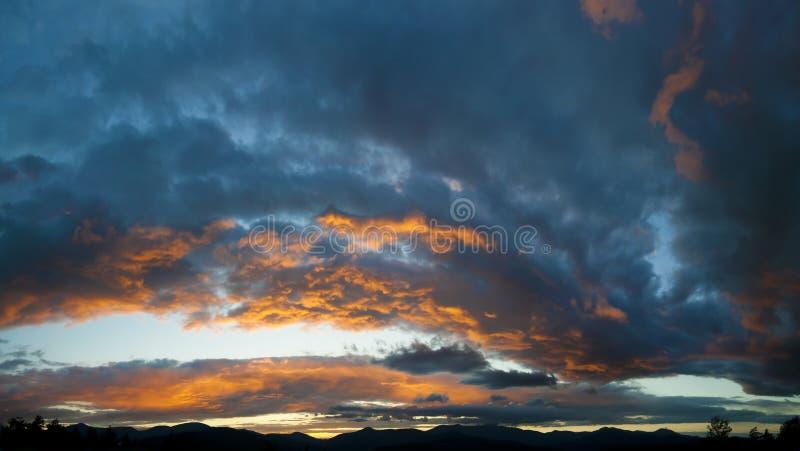 Sonnenuntergang über Mt. Mansfield, VT, USA lizenzfreies stockbild