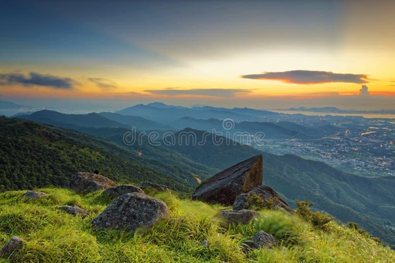 Sonnenuntergang über neuen Gebieten in Hong Kong stockfotografie